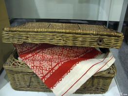 Плетеный сундук с узорным полотенцем