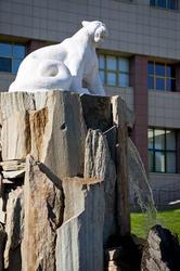 Ак Барс, Скульптура перед Молодежным центром Ак-Барс