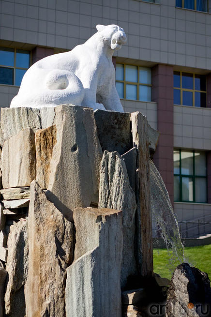 Ак Барс, Скульптура перед Молодежным центром Ак-Барс::Жемчужина мира - 2012