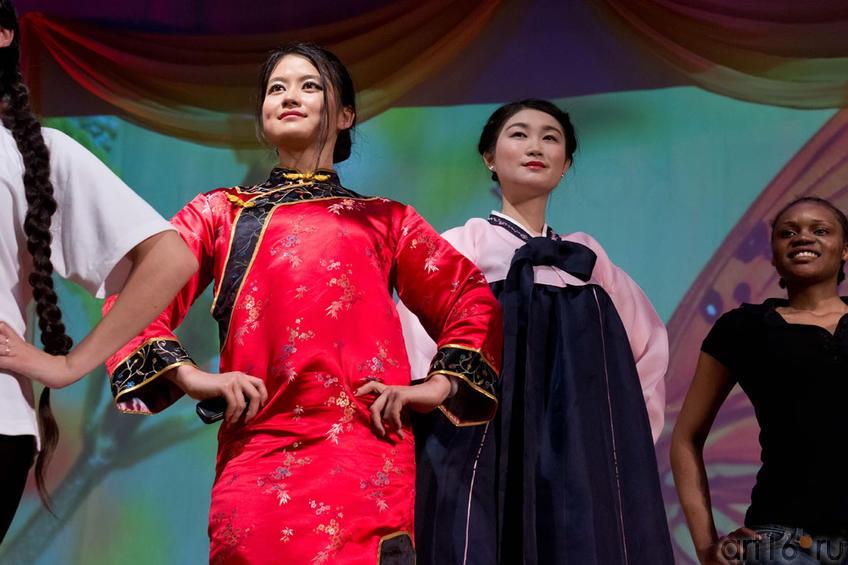 На фото слева направо Чен Е (Китай), Дже Хи Джин (Южная Корея) и Мбесу Жози Энид (Конго)::Жемчужина мира - 2012