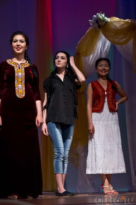 На фото слева направо Бахар (Туркменистан), Зульфия (Дагестан/Россия, победительница), Алтынай (Кыргызстан)::Жемчужина мира - 2012