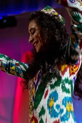Гуля (Гулхае) из Таджикистана танцует зажигательный национальный танец
