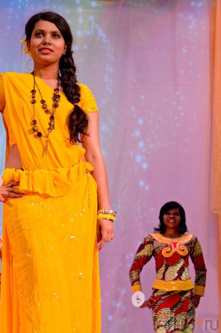Это Дашика Палипана (Шри-Ланка) за ней стоит Жози Мбесу Энид (Конго), дефиле в национальных костюмах::Жемчужина мира - 2012
