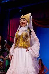 Акунова Алтынай (Кыргызстан), дефиле в национальных костюмах