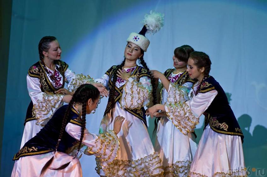 Айнура Каримова (Казахстан) исполняет свой творческий номер - национальный ʺТанец птицыʺ.::Жемчужина мира - 2012