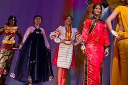 Дефиле в национальных костюмах, слева направо Жози (Конго), Дже Хи Джин (Юж.Корея), Александра (Македония), Чен Е (Китай)
