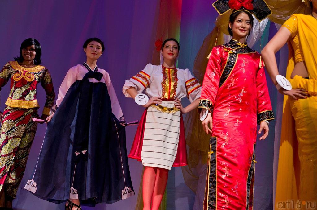 Дефиле в национальных костюмах, слева направо Жози (Конго), Дже Хи Джин (Юж.Корея), Александра (Македония), Чен Е (Китай)::Жемчужина мира - 2012