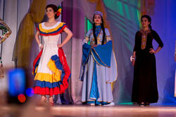 Дефиле в национальных костюмах, слева направо Лаура (Колумбия), Зульфия (Дагестан/Россия, победительница), Бахар (Туркменистан)