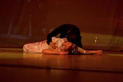 Эсра (Турция), исполняет вокально-танцевальную композицию со своим молодым человеком