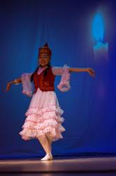 Акунова Алытнай (Кыргызстан) исполняет танец символизирующий робкое пламя свечи