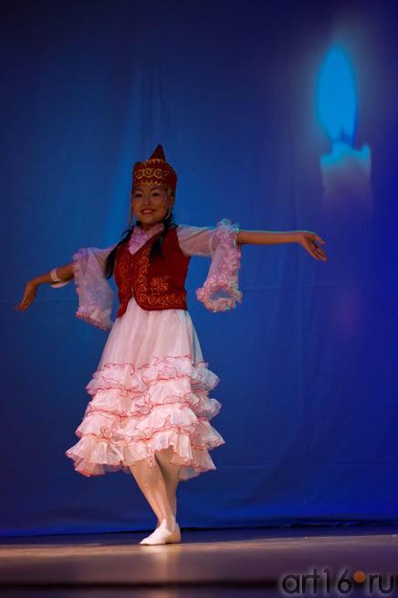 Акунова Алытнай (Кыргызстан) исполняет танец символизирующий робкое пламя свечи::Жемчужина мира - 2012