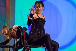 Чен Е (Китай) исполняет акробатическое танго со стульями