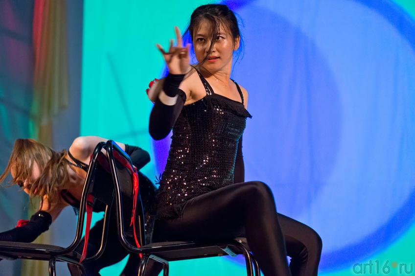 Чен Е (Китай) исполняет акробатическое танго со стульями::Жемчужина мира - 2012