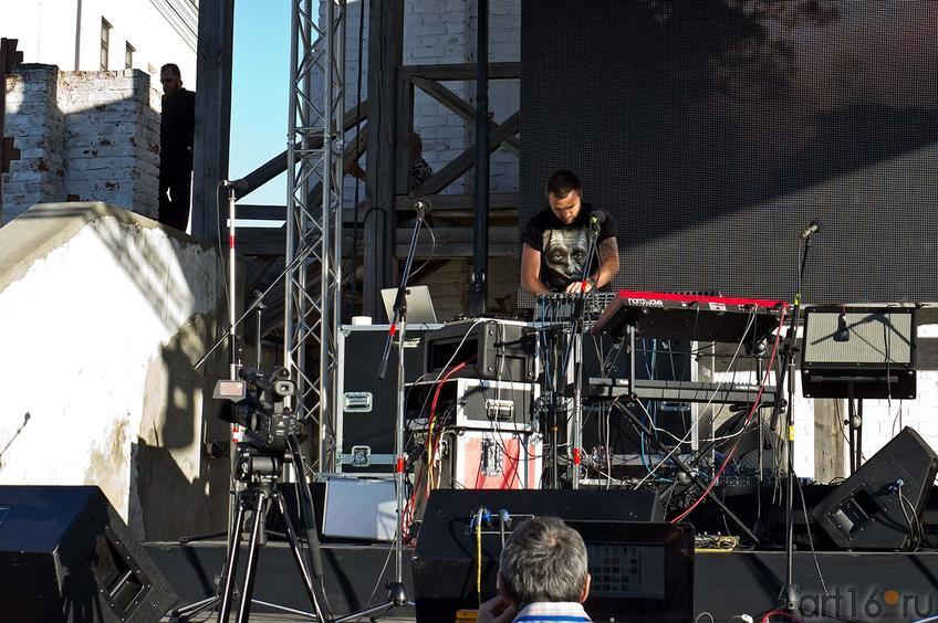 Фото №104882. Концертная программа началась с электронного микса