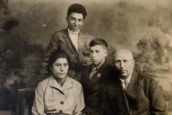 Михаил Плотников со своим отцом Григорием, матерью Раисой и младшим братом Григорием