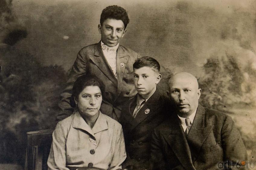 Фото №105469. Михаил Плотников со своим отцом Григорием, матерью Раисой и младшим братом Григорием