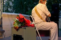 Букет цветов и Энвер Измайлов