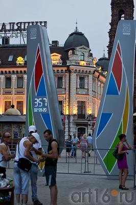 Стела с часами, обратного отсчета времени, до старта Универсиады::ул Баумана, вечер 14 июля 2012