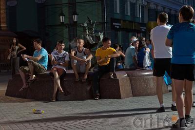 У фонтана ʺГолубиʺ, скульптор Асия Минулина, ул. Баумана, Казань, 14.07.2012::ул Баумана, вечер 14 июля 2012