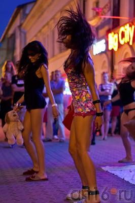 Танец с подушками. Казань, ул.Баумана, 14.07.2012::ул Баумана, вечер 14 июля 2012