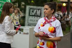 Девушка представляет телеканал «Домашний». 26.07.2012