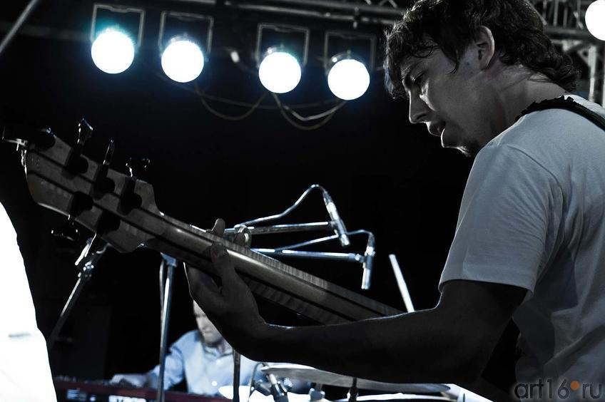 Фото №108079. Евгений Ярын — бас-гитара. «MARIMBA PLUS». 26.07.2012