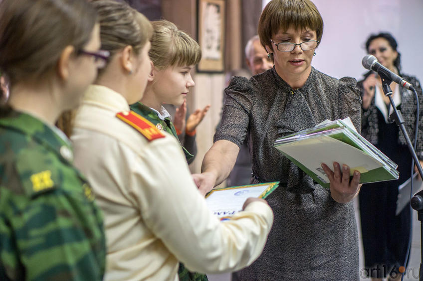 Фото №113652. Ирина Кузнецова награждает победителей конкуса