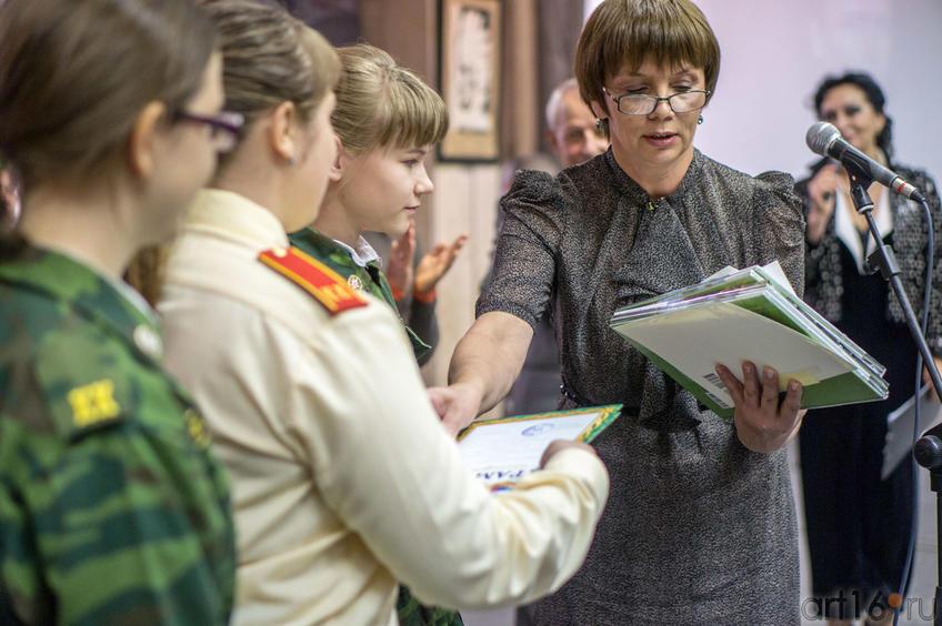 Ирина Кузнецова награждает победителей конкуса::Выставка Константина Васильева