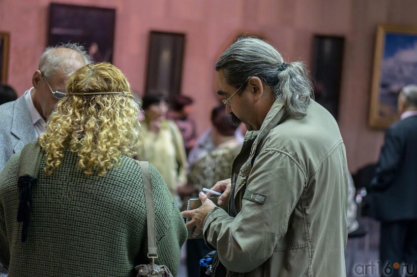 Фото №113712. Виктор Тимофеев на выставке Константина Васильева