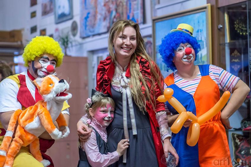 Фото №116010. Д. Бузунеева, А. Бузунеева (в центре). Открытие выставки