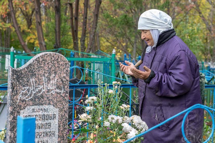 Фото №116346. Сарвар апа. Молитва у могилы Шаиды Максудовой