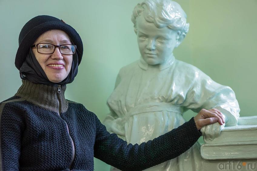 Фото №116394. Наиля Ахунова и скульптура Володи Ульянова. Арская Центральная библиотека