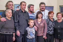 Участники арт-группы ''Дастан'' с родственниками и друзьями