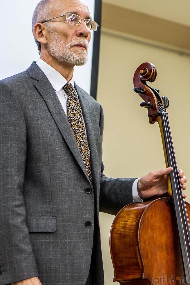 Фото №117510. Владимир Кошелев с блокадной виолончелью