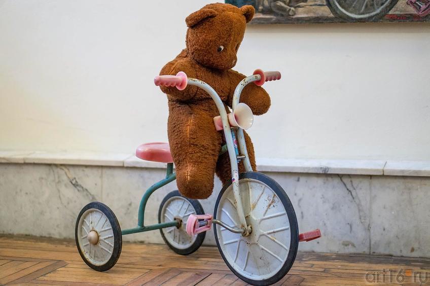 Фото №123032. Медведь плюшевый на  трехколесном великосапете. Инсталляция