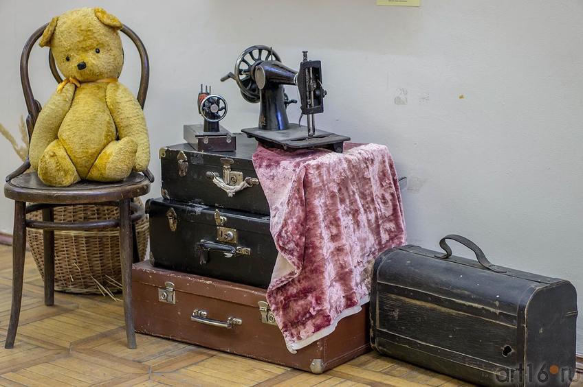 Фото №123056. Плюшевый медведь, чемоданы и швейные машинки