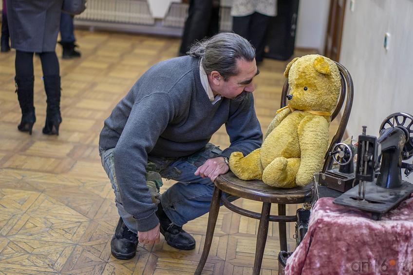 Фото №123062. Виктор Тимофеев беседует с экспонатом