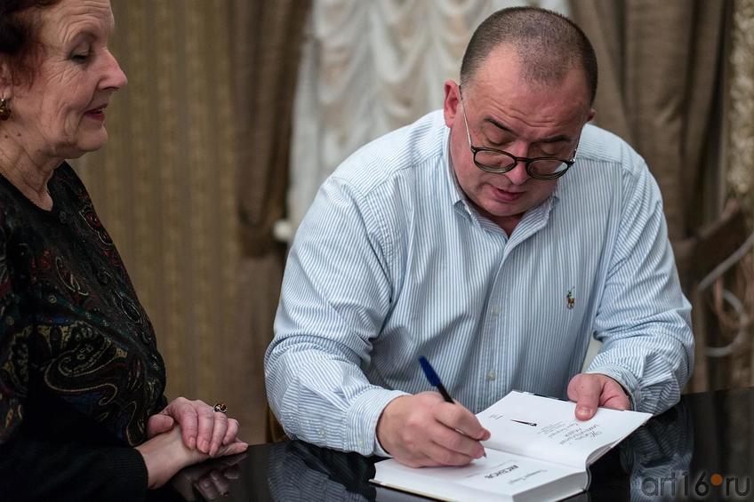 Фото №123626. Раздача автографов, Дмитрий Петров