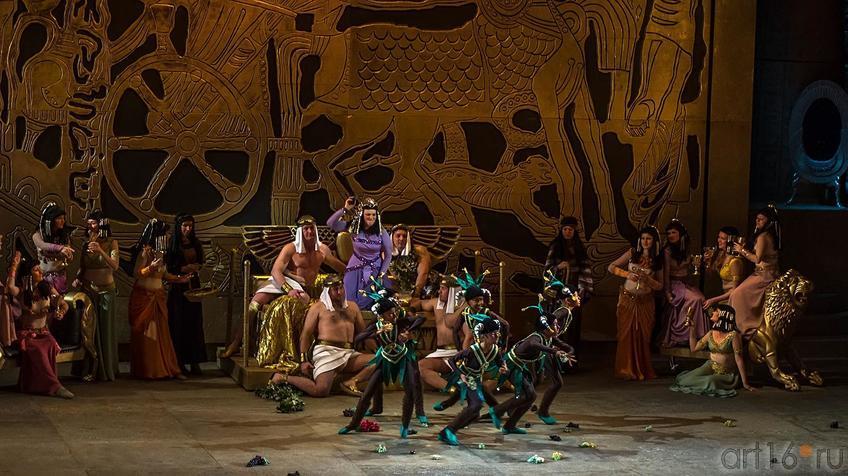 Фото №124356. Танец негритят в тронном зале. Амнерис в радостном возбуждении ожидает возвращения Радамеса