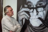 Ленар Гильмутдинов возле портрета Эрнста Гельмса