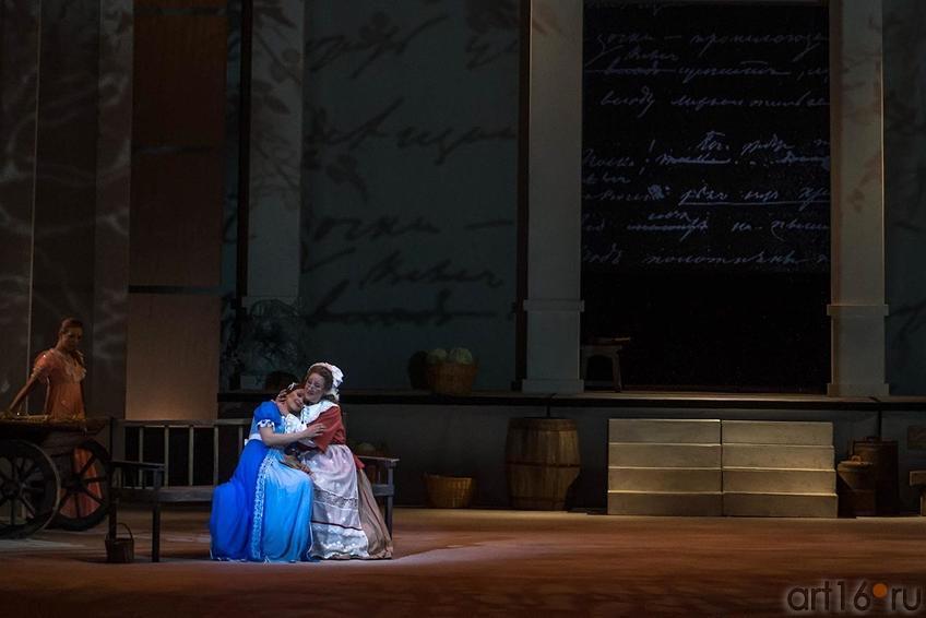Татьяна садится на ступеньки террасы и углубляется в книгу::Опера «Евгений Онегин», XXXI Шаляпинский оперный фестиваль