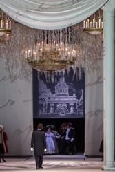 Бал у одного из петербургских сановников. Гости танцуют полонез. Онегин смотрит на танцующих