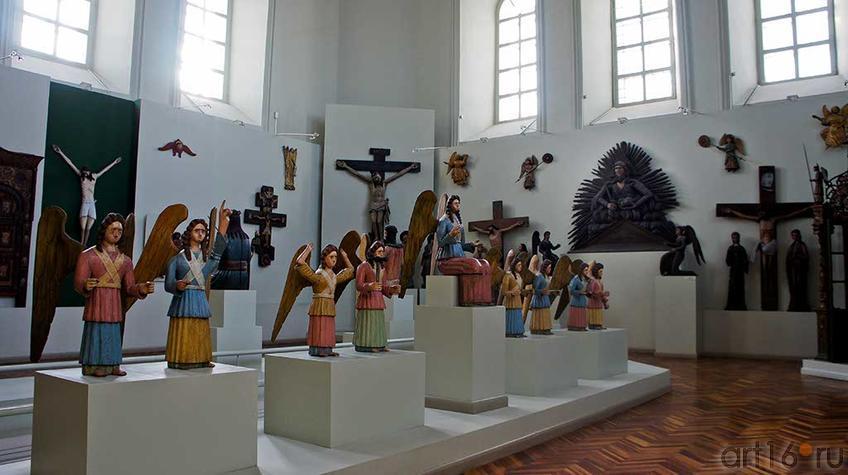 Фото №92689. Фрагмент экспозиции зада Пермских деревянных скульптур