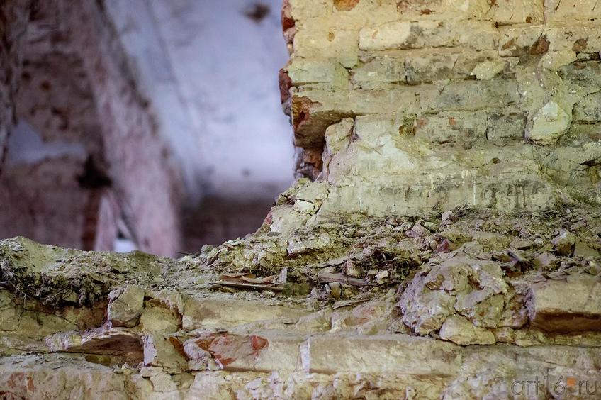 Фото №136744. Внутренняя капитальная перегородка после снятия штукатурки (фрагмент)