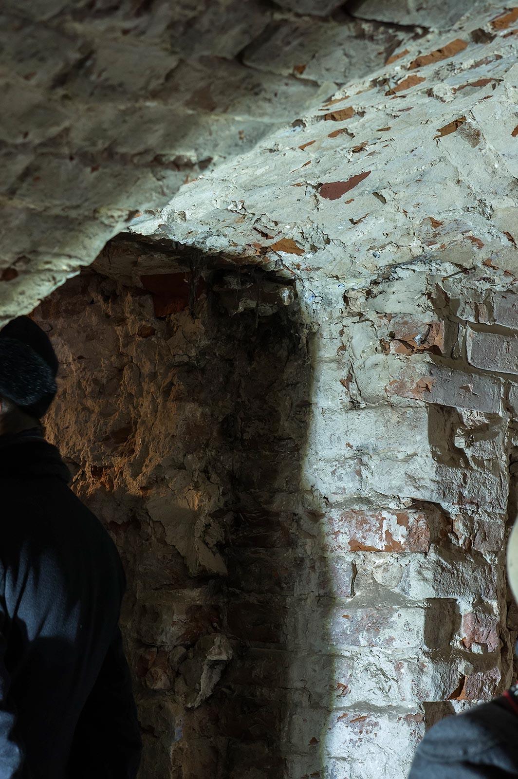 Фото №136786. Фрагмент кирпичной кладки, после снятия штукатурки. Дверной проем и часть сводчатого потолка