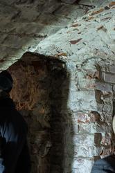 Фрагмент кирпичной кладки, после снятия штукатурки. Дверной проем и часть сводчатого потолка