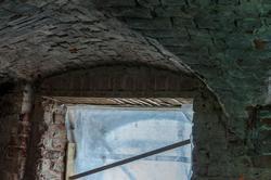 Фрагмент оконного проема и сводчатого потолка