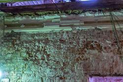 Фрагмент кирпичной стены, очищенной от штукатурки, дома по ул. К.Маркса 17
