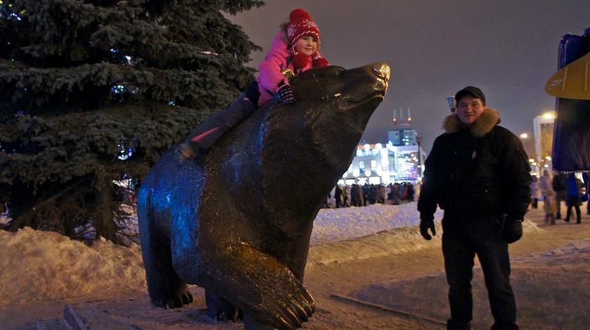 Скульптура ʺИдущий медведьʺ. Пермь. 14 января 2012::Прогулка по Перми
