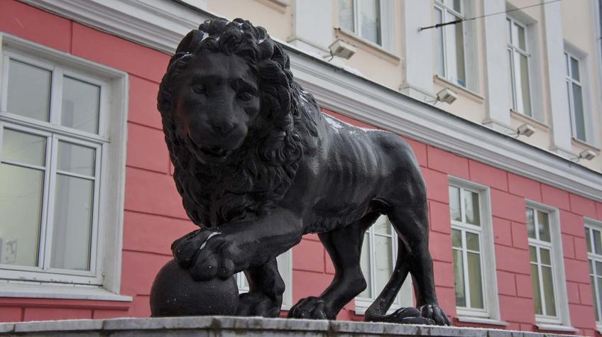 Фото №91739. Скульптура льва.«Дом со львами» — здание «Пермглавснаб» на улице Орджоникидзе